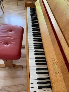 Gut erhaltenes Klavier