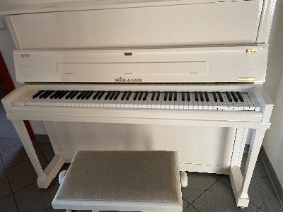 Weißes Klavier mit Hocker